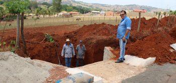 Obras de construção de dois reservatórios para o escoamento da água.